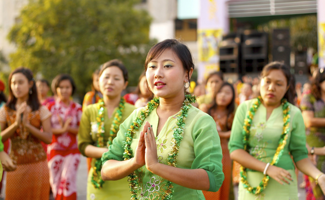 Burmese girls perform traditional dance during closing ceremony of Myanmar New Year Water Festival | Image by Wikipedia user Htoo Tay Zar , adapted under a Creative Commons license..